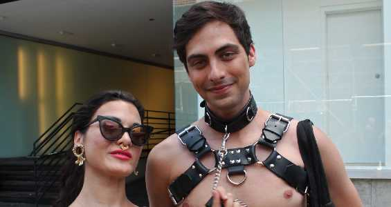 Coppia BDSM durante un festival